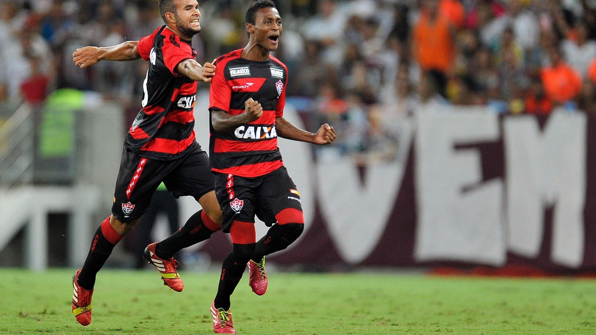3.mai.2014 - Meia Marquinhos comemora seu primeiro gol na partida contra o Fluminense, no estádio do Maracanã