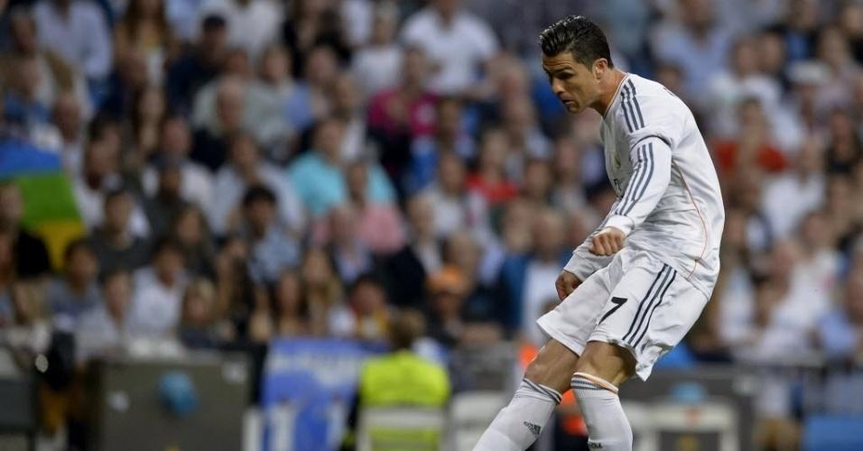 04.mai.2014 - Cristiano Ronaldo chuta para o gol na primeira boa chance do Real na partida contra o Valencia pelo Campeonato Espanhol