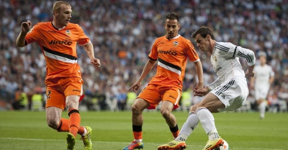 04.mai.2014 - Gareth Bale dribla defesa do Valencia na partida da 36ª rodada do Campeonato Espanhol