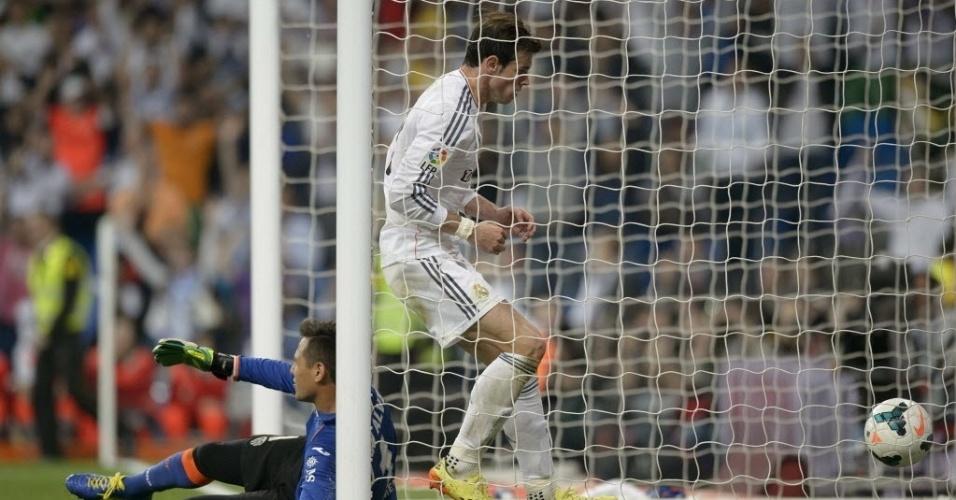04.mai.2014 - Gareth Bale entra no gol de Diego Alves para pegar a bola após golaço de calcanhar de Cristiano Ronaldo que empatou a partida contra o Valencia