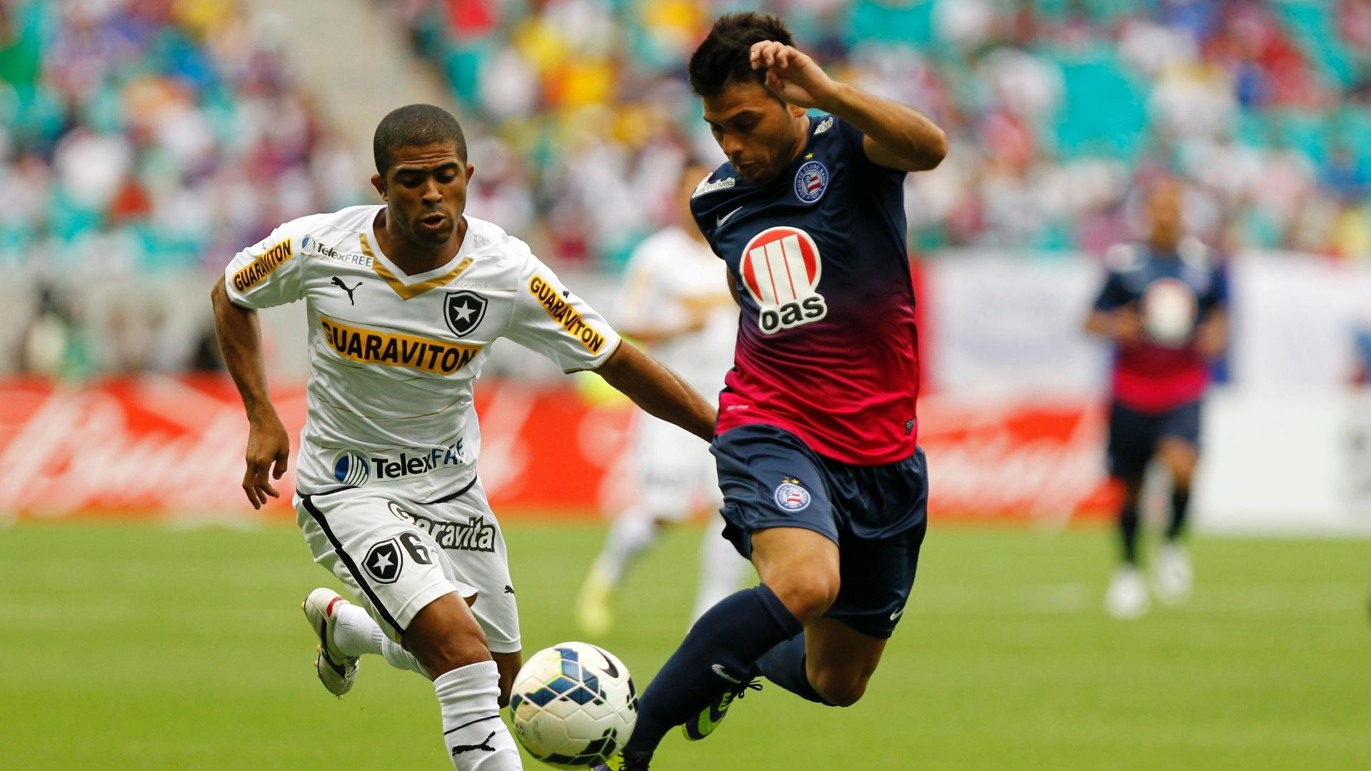 04.mai.2014 - Observado por Junior César (e), do Botafogo, Maxi, do Bahia, tenta uma jogada de efeito durante jogo do Campeonato Brasileiro