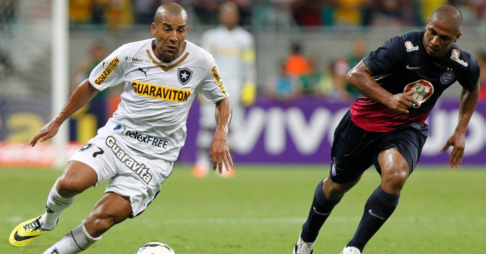04.mai.2014 - Sheik (e), do Botafogo, parte com a bola dominada em lance da partida contra o Botafogo na Fonte Nova