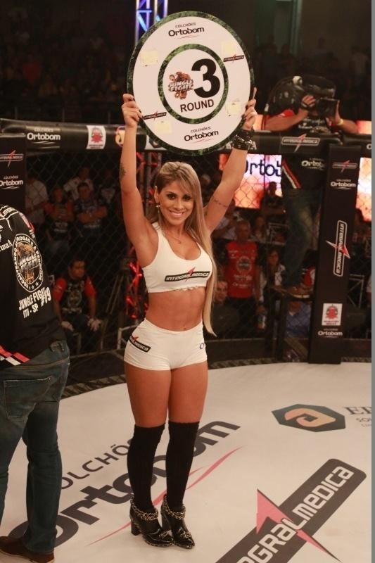 Vencedora do BBB 14, Vanessa estreou como ring girl, atuando pelo Jungle Fight neste sábado. De salto e meias pretas, ela desfilou com as placas de round em evento que teve Nildo Katchal nocauteando Rayner Silva para ficar com o cinturão da categoria até 57 kg