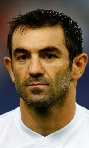 15.out.2013 - Giorgos Karagounis, da Grécia, fica perfilado antes do jogo contra Liechtenstein pelas eliminatórias da Copa do Mundo-2014