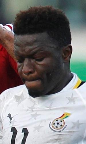 15.out.2013 - Sulley Muntari (d), de Gana, tenta escapar da marcação do egípcio Ahmed Fathy durante partida das eliminatórias da Copa do Mundo-2014
