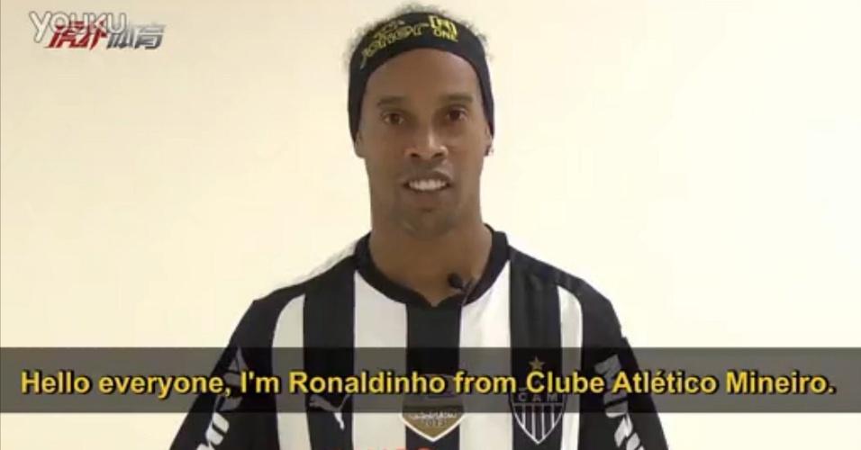 5 maio 2014 - Ronaldinho Gaúcho, lesionado no momento, participa de vídeo para promover excursão atleticana na China