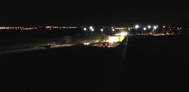 Entrada e saída do túnel sob a rotatória do aeroporto em Brasília foi inaugurada sem luz