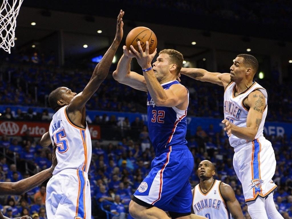 06.mai.2014 - Kevin Durant (esq.) tenta dar o toco em Blake Griffin durante a partida entre Oklahoma City Thunder e Los Angeles Clippers