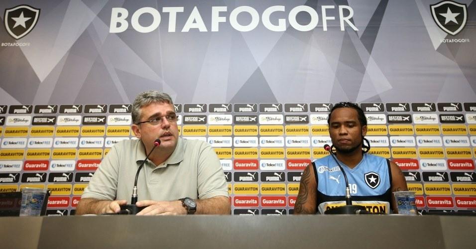 06.mai.2014 Carlos Alberto (d) concede entrevista em sua apresentação no Botafogo ao lado do gerente Sidnei Loureiro (e)
