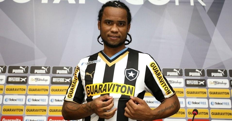 06.mai.2014 Carlos Alberto é apresentado no Botafogo e posa para foto com a camisa do novo time