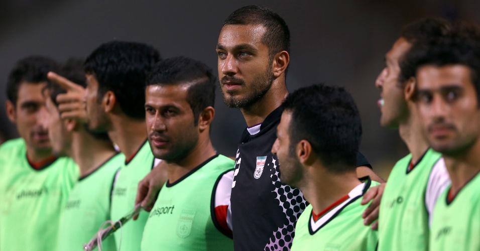 18.jun.2013 - Sosha Makani, goleiro do Irã, fica perfilado ao lado dos companheiros antes da partida contra a Coreia do Sul pelas eliminatórias da Copa do Mundo-2014