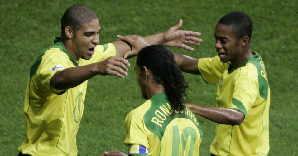 Adriano abraça Ronaldinho Gaúcho e Robinho após marcar um dos gols da final da Copa das Confederações de 2005, vencida por 4 a 1 diante da Argentina
