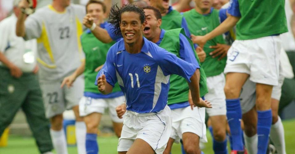 Ronaldinho Gaúcho, meia da seleção brasileira, comemora o gol marcado contra a Inglaterra, na Copa do Mundo de 2002, na Coreia do Sul e no Japão.