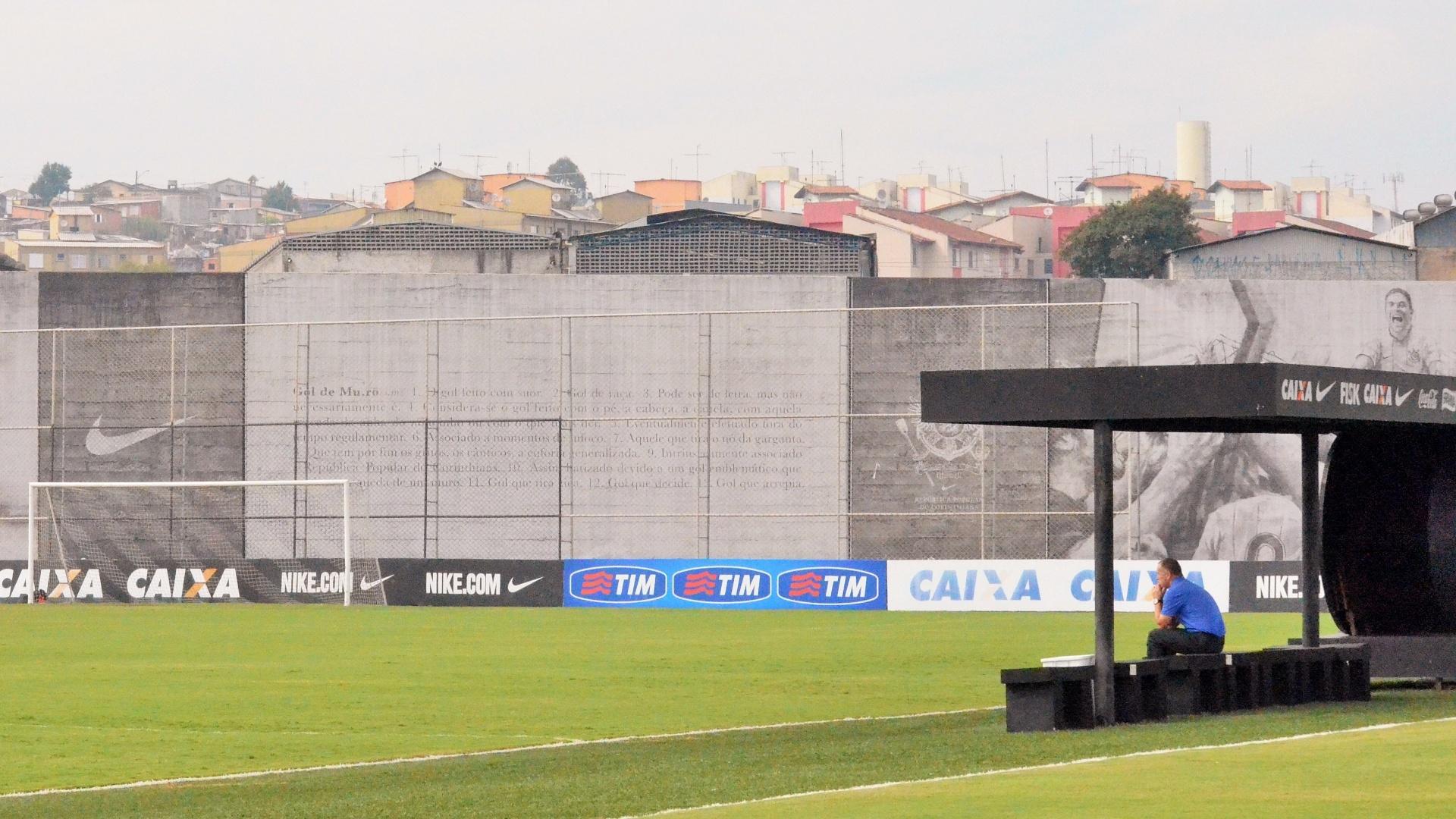 07.mai.14 - O técnico Mano Menezes, do Corinthians, acompanha movimentação dos jogadores