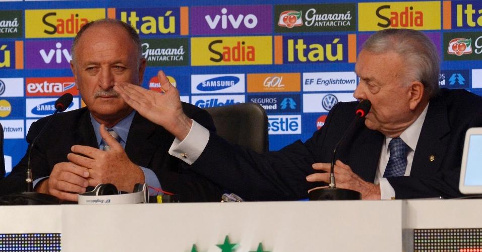 07.mai.2014 - Felipão anuncia os 23 convocados para a Copa do Mundo ao lado do presidente da CBF, Jose Maria Marín