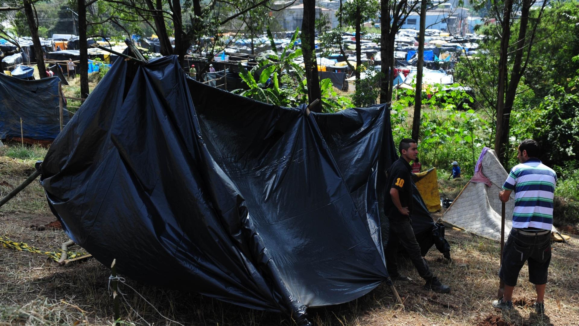 6 abr. 2014 - Trabalhadores sem-teto de São Paulo montam acampamento