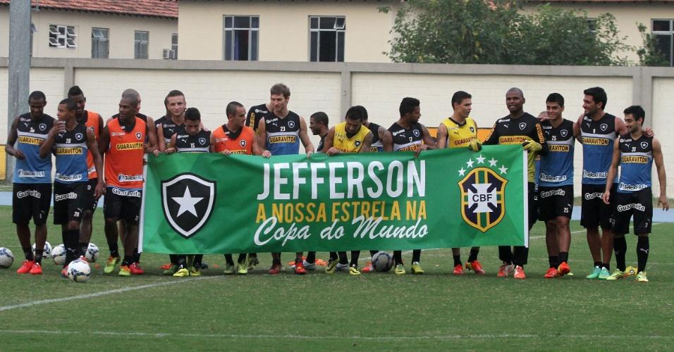Jefferson foi homenageado pelos jogadores do Botafogo com faixa
