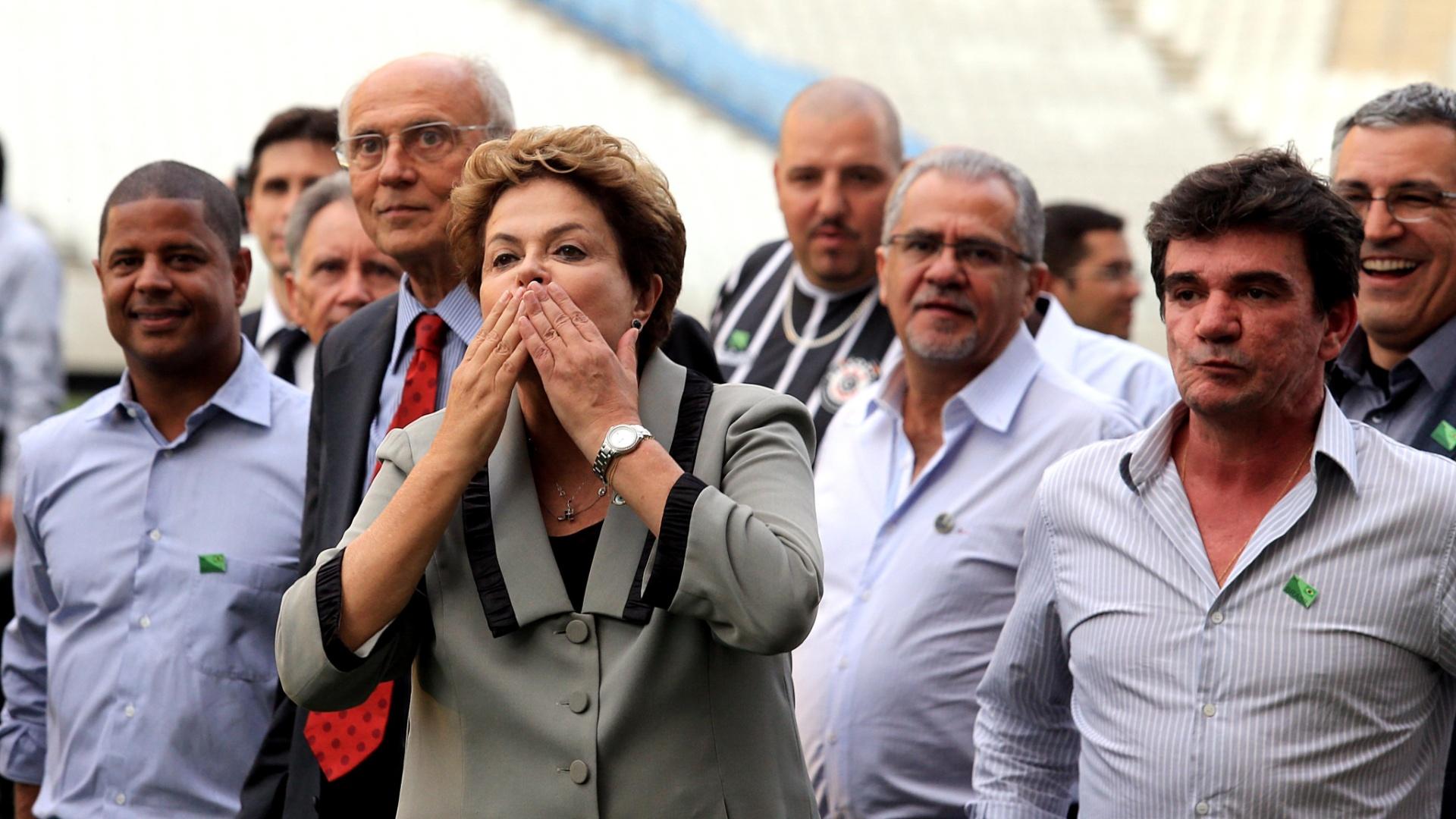 08.05.14 - Dilma Rousseff manda beijo ao lado de Marcelinho Carioca, Eduardo Suplicy, Andrés Sanchez e Alexandre Padilha