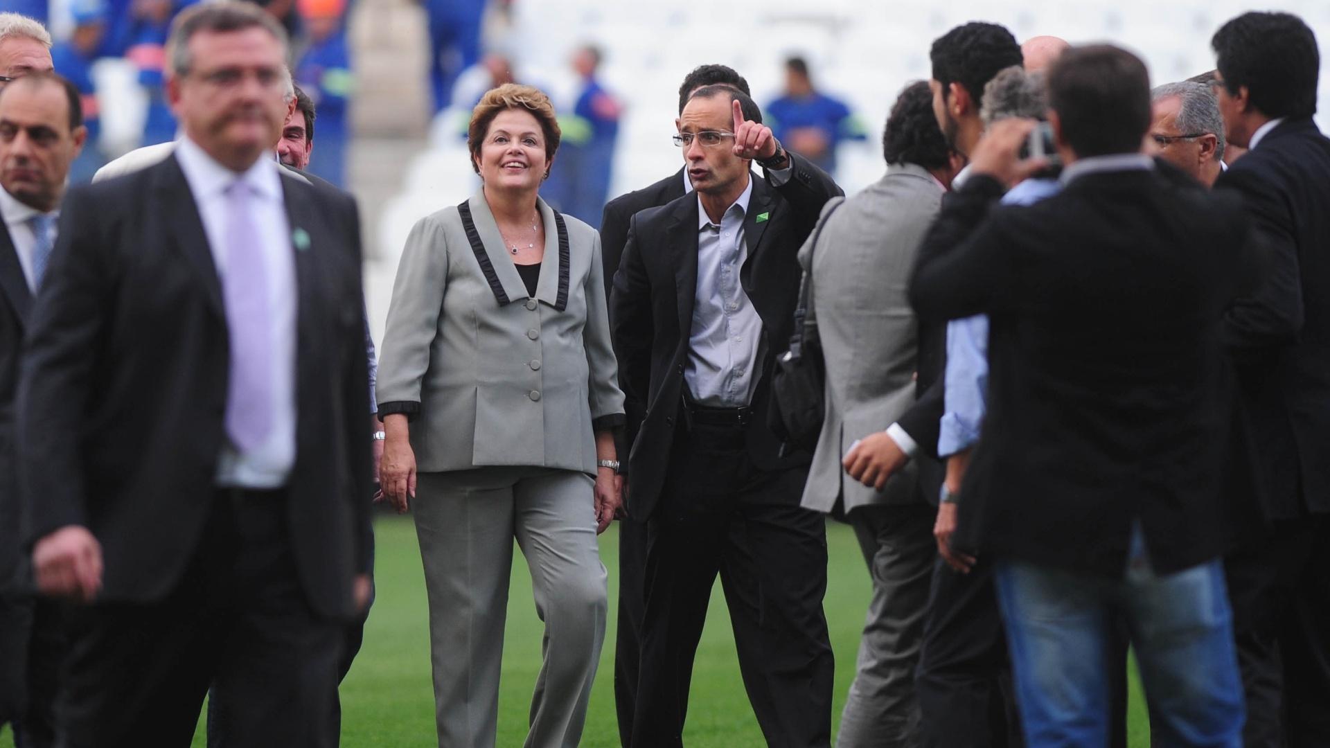 08.05.14 - Presidente Dilma Rousseff anda pelo gramado do Itaquerão próximo ao mandatário do Corinthians, Mário Gobbi