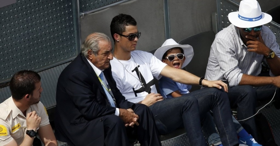 08.mai.2014 - Cristiano Ronaldo e o seu filho, que tem o mesmo nome do pai, assistem à partida entre Rafael Nadal e Nieminen