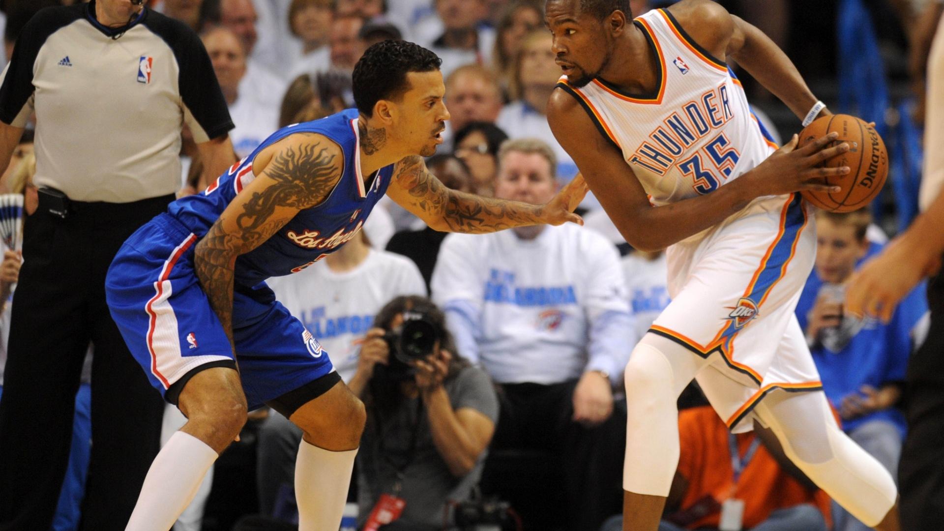 08.mai.2014 - Kevin Durant encara a marcação de Matt Barnes durante jogo entre Thunder e Clippers pela NBA