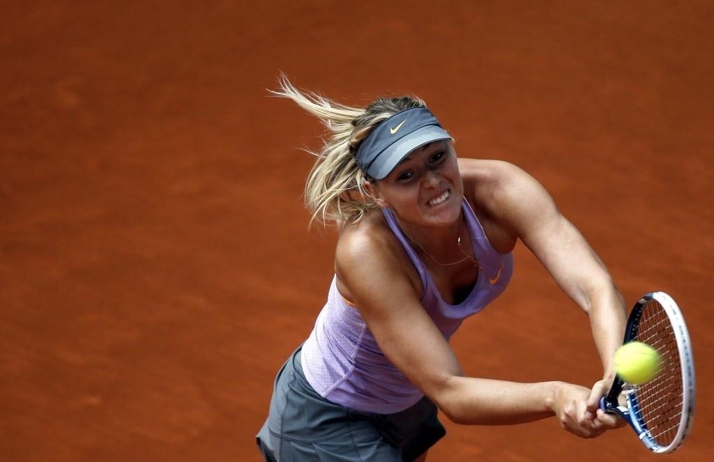 08.mai.2014 - Maria Sharapova rebate a bola durante a sua vitória sobre Samantha Stosur por 2 sets a 0