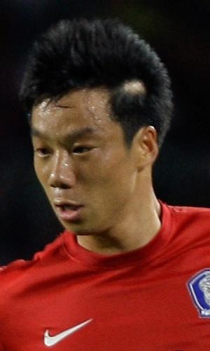 12.jun.2012 - Yeom Ki-Hun, da Coreia do Sul, domina a bola durante a partida contra o Líbano pelas eliminatórias da Copa do Mundo-2014