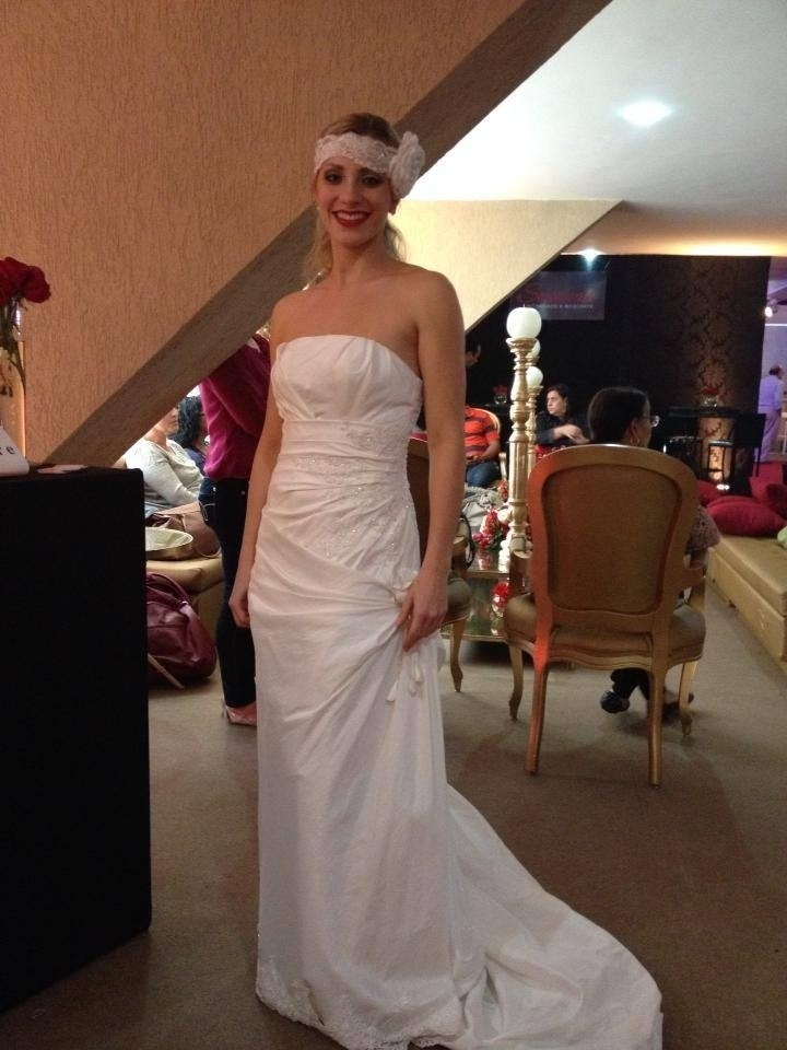 Bandeirinha Fernanda Colombo trabalhou no ano passado como modelo em apresentação de vestidos de noiva. Futebol fez catarinense deixar de lado a passarela