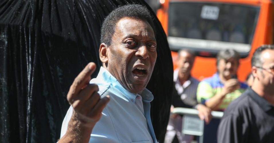 Pelé gesticula durante evento publicitário na avenida Paulista