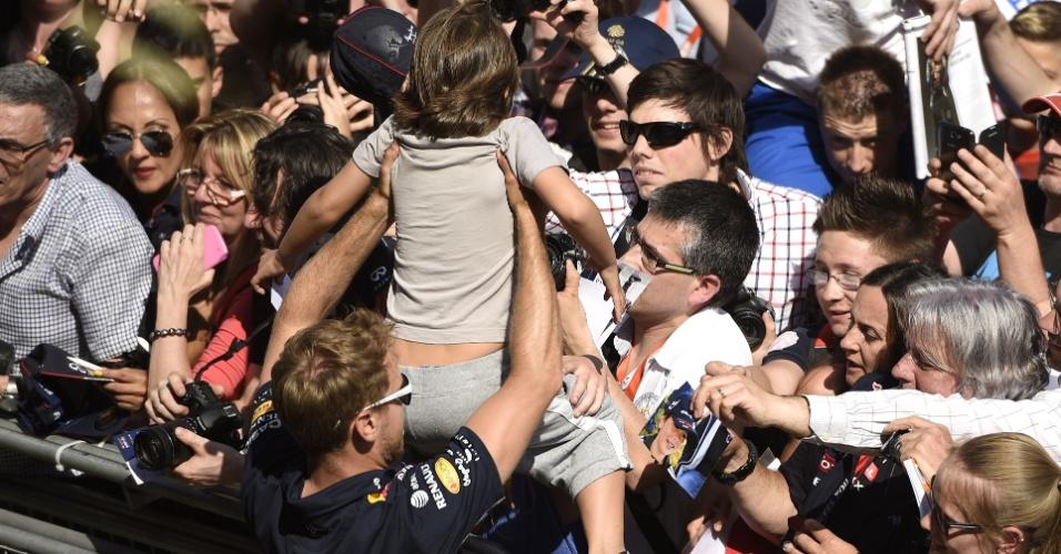 Vettel ergue criança em encontro com fãs no circuito de Barcelona