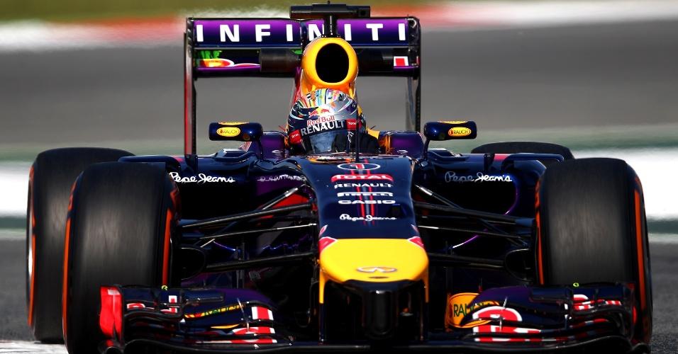 09.mai.2014 - Com apenas quatro voltas completadas, Sebastian Vettel teve problemas logo no início da primeira sessão de treino livre e teve o carro guinchado.