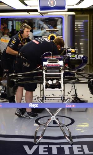 09.mai.2014 - Mecânicos da Red Bull trabalham no carro de Sebastian Vettel; piloto teve problemas no primeiro treino livre e não participou do segundo