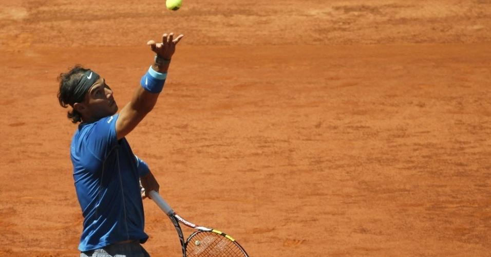 09.mai.2014 - Rafael Nadal lança a bola para sacar durante a partida do Masters 1000 de Madri contra Tomas Berdych
