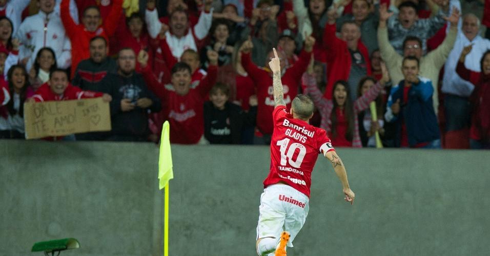 10.05.14 - D'Alessandro comemora gol de empate do Inter contra o Atlético-PR