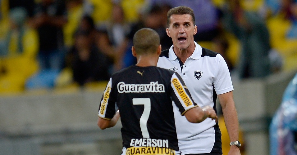 10.05.14 - Emerson Sheik conversa com o técnico do Botafogo, Vágner Mancini