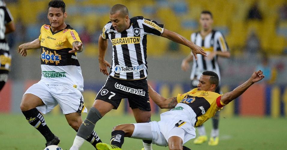 10.05.14 - Emerson Sheik escapa da marcação do Criciúma durante a goleada do Botafogo