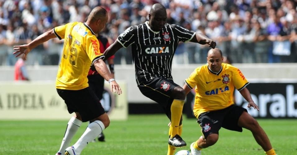 10.mai.2014 - Colombiano Freddy Rincón disputa lance ao lado de Gil, ambos ex-jogadores do Corinthians que foram ao Itaquerão participar de um evento-teste neste sábado