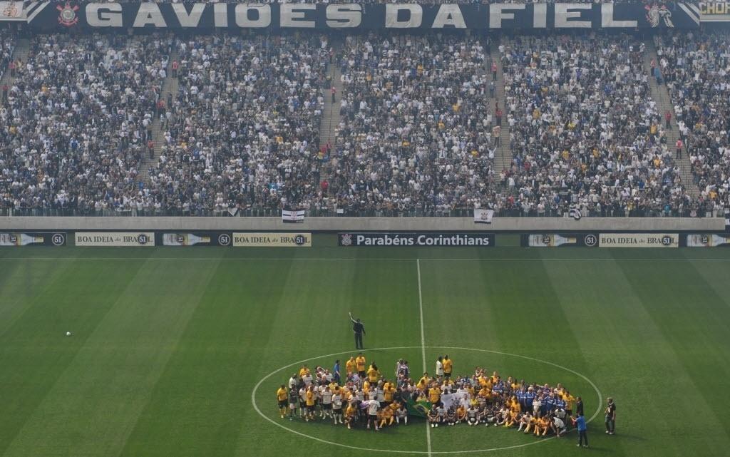 10.mai.2014 - Corinthians inaugura o Itaquerão com a torcida enchendo boa parte das arquibancadas