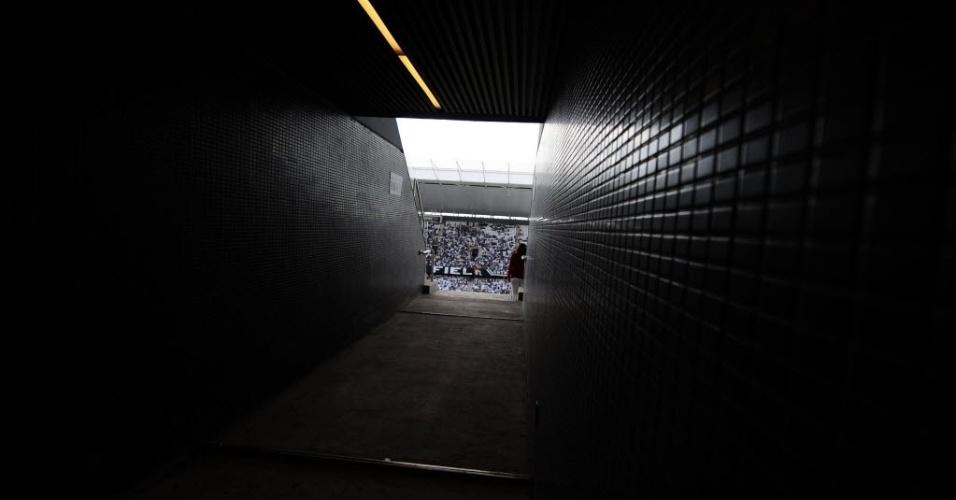 10.mai.2014 - Detalhe de um dos túneis das arquibancadas do Itaquerão; estádio recebe o seu segundo evento-teste neste sábado