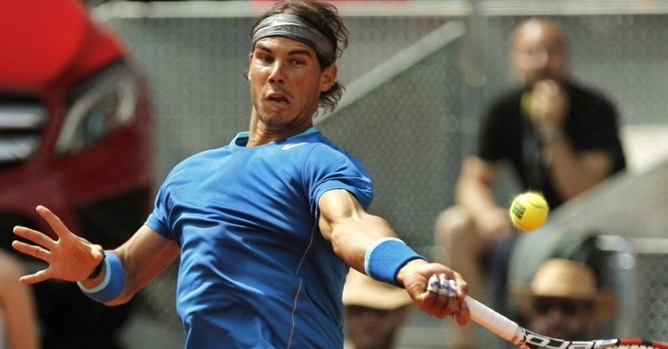 10.mai.2014 - Rafael Nadal rebate a bola durante partida contra Roberto Bautista-Agut pela semifinal do Masters 1000 de Madri