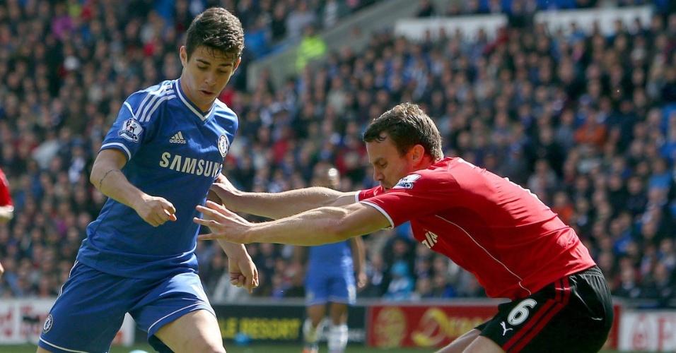 11.mai.2014 - Oscar tenta passar pela marcação de jogador do Cardiff City durante partida pelo Campeonato Inglês