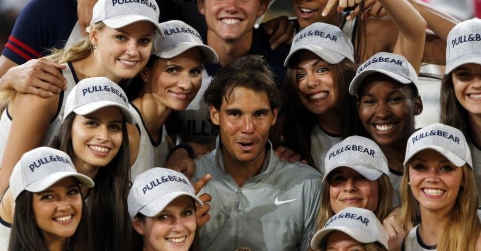 11.mai.2014 - Rafael Nadal posa com boleiras após conquistar o título do Masters 1000 de Madri