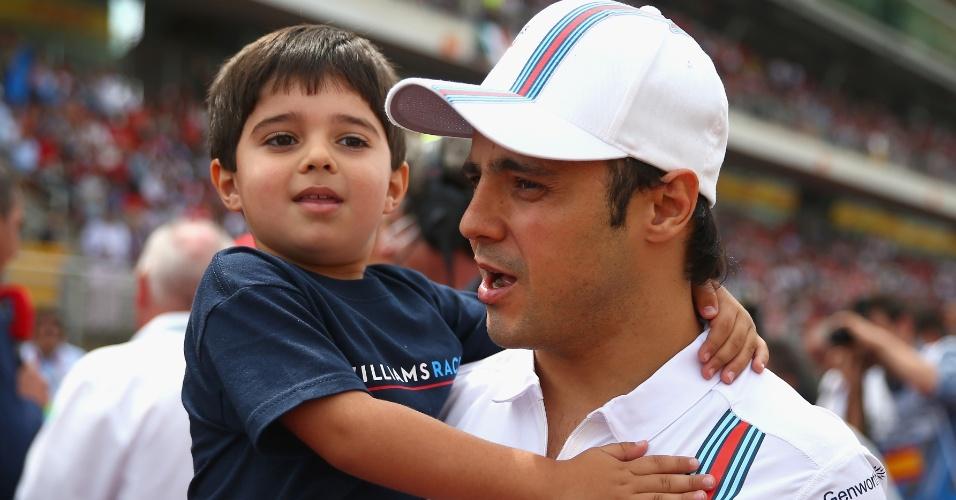 11.mai.2014 -Felipe Massa carrega seu filho Felipinho e anda pela pista de Montmelò antes da largada do GP da Espanha