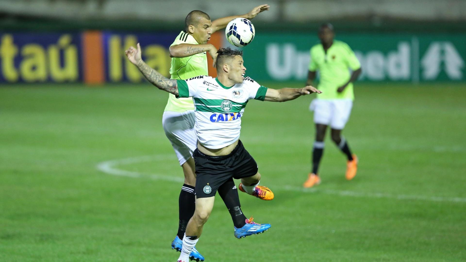 Baraka, do Coritiba, e Neto Baiano, do Sport, sobem de cabeça para disputar bola - 11.05.14