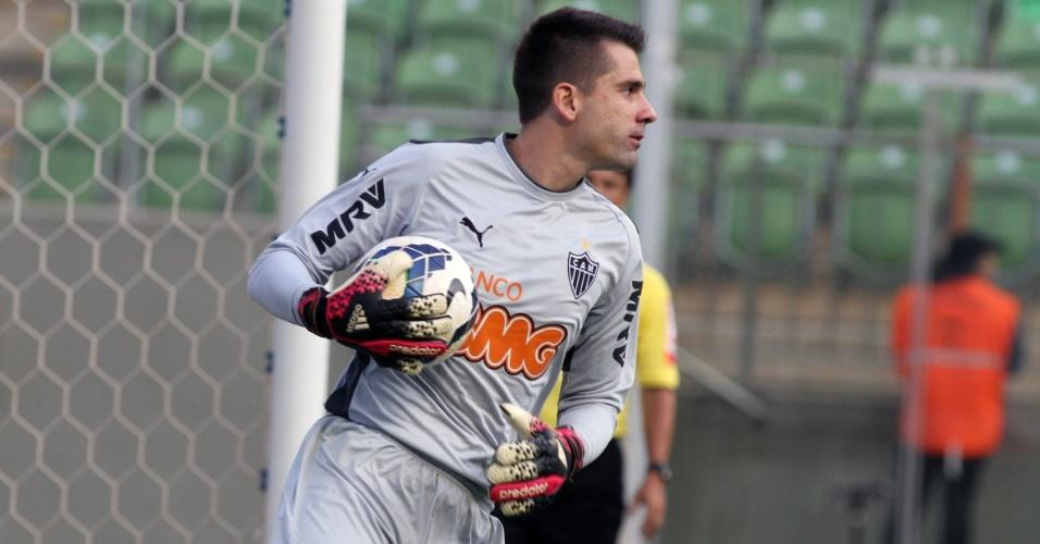 Goleiro Victor, do Atlético-MG, se prepara para repor a bola contra o Cruzeiro - 11.05.14