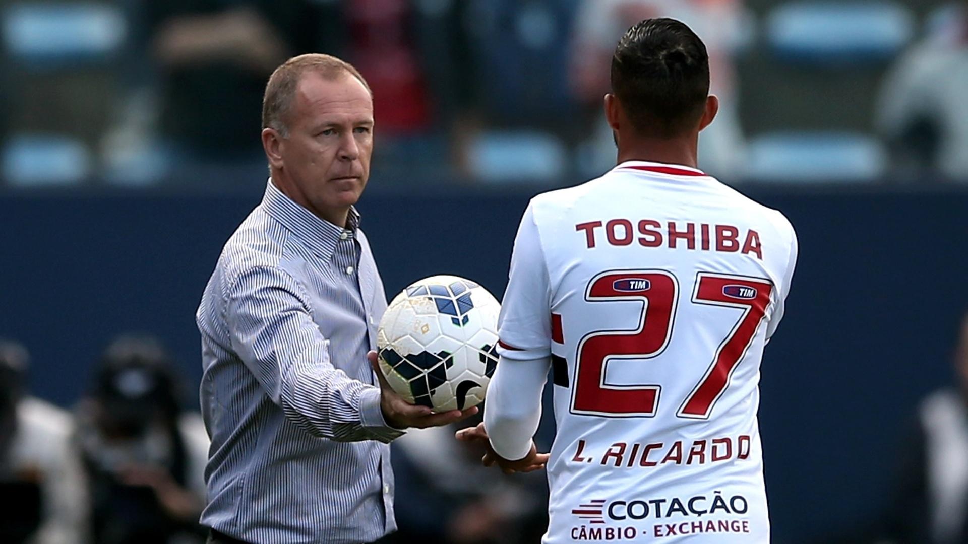 Mano Menezes entrega a bola para o rival Luis Ricardo durante o empate entre São Paulo e Corinthians - 11.05.14