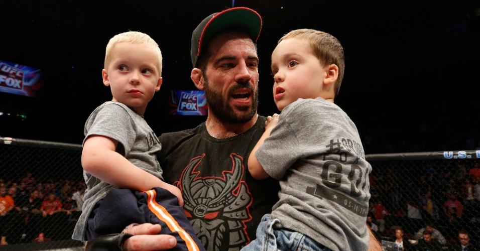 Matt Brown comemora com os seus dois filhos após vencer Erick Silva e fazer o brasileiro deixar o octógono de maca
