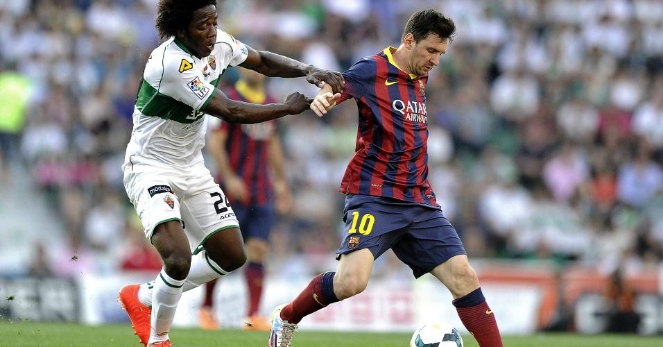 Messi tenta se livrar da marcação de Carlos Sanchez em partida entre Barcelona e Elche