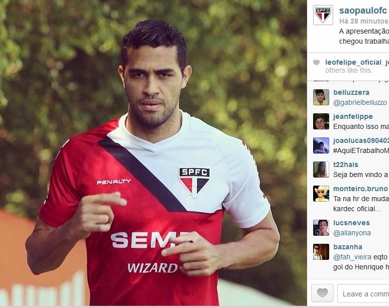 12.mai.2013 - Alan Kardec veste a camisa do São Paulo pela primeira vez e já treina no clube