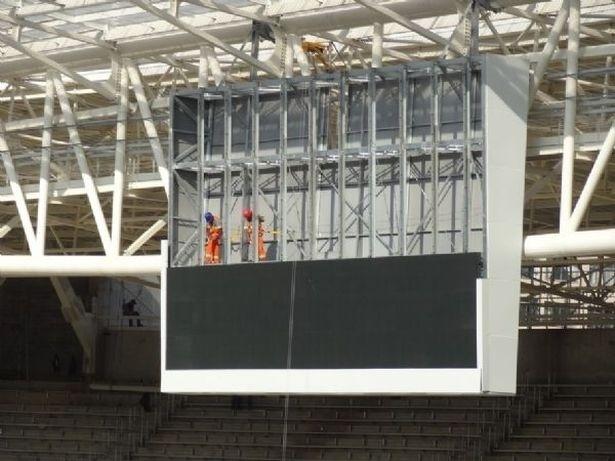 Estrutura do telão do estádio começa a receber peças de LED
